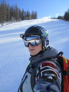 kaski narciarskie - narciarz
